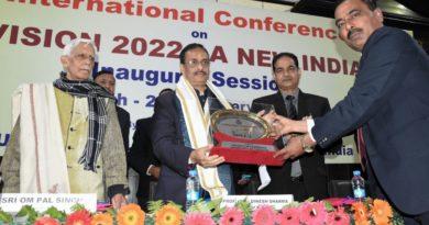 UP_Dy_CM लखनऊ यूनिवर्सिटी में आयोजित विजन-2022 कार्यक्रम में हुए शामिल