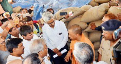 UPCM ने लखीमपुर राजापुर मंडी समिति के 03 गेहूं क्रय केन्द्रों का आकस्मिक निरीक्षण किया