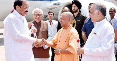 UPCM और राज्यपाल लखनऊ एअरपोर्ट पर उपराष्ट्रपति वेंकैया नायडू का स्वागत करते हुए