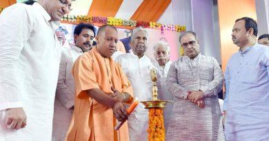 UPCM हरदोई में 'मुख्यमंत्री ग्राम प्रधान संवाद' कार्यक्रम में दीप प्रज्जवलित कर शुभारम्भ करते हुए