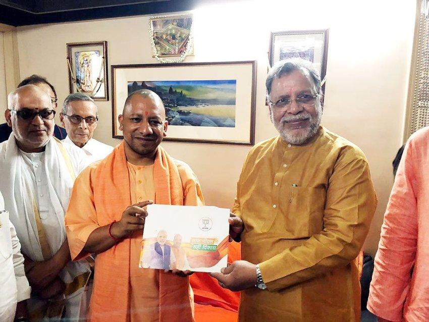 UPCM ने वाराणसी में सम्पर्क फार समर्थन के तहत चंद्रमौली उपाध्याय ज्योतिषाचार्य से मुलाकात की