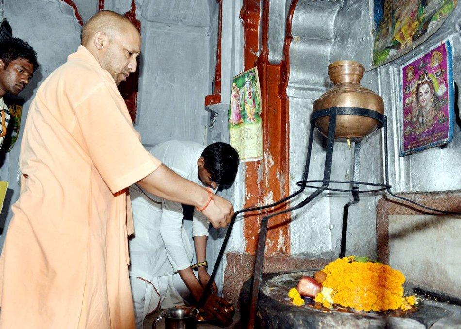 UPCM गोरखपुर के पीपीगंज, भरोहिया, गोरखपुर स्थित शिव मंदिर मे पूजा करते हुए