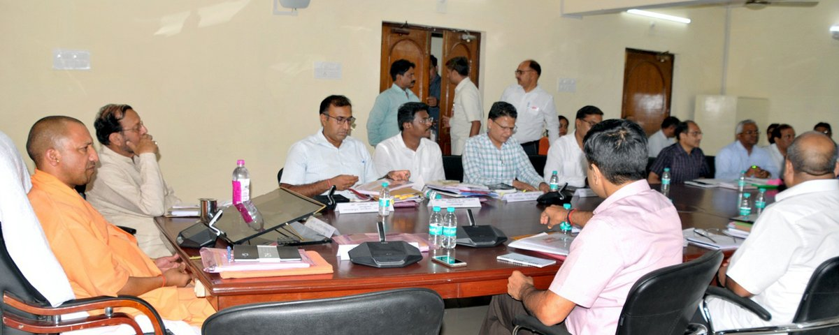 UPCM गोरखपुर में विभिन्न परियोजनाओं के निरीक्षण के साथ विकास एवं निर्माण कार्यों की समीक्षा बैठक करते हुए