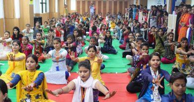 UPCM हेल्पलाइन 1076 में 'करो योग-रहो निरोग' की थीम पर युवक और युवतियों ने भाग लिया