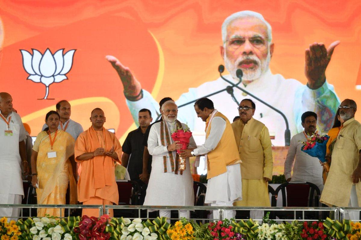 UP_Dy_CM केशव प्रसाद मौर्य PM नरेन्द्र मोदी का शाहजहांपुर के रोजा में आयोजित 'किसान कल्याण रैली' में स्वागत करते हुए