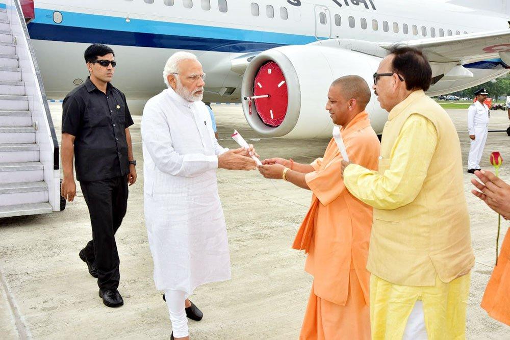 UPCM PM नरेन्द्र मोदी का स्वागत करते हुए