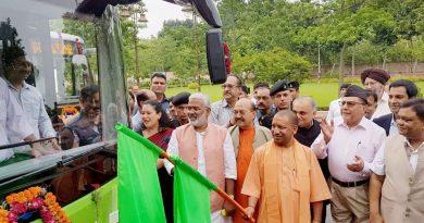 UPCM ने हरी झण्डी दिखाकर इलेक्ट्रिक बसों को रवाना किया