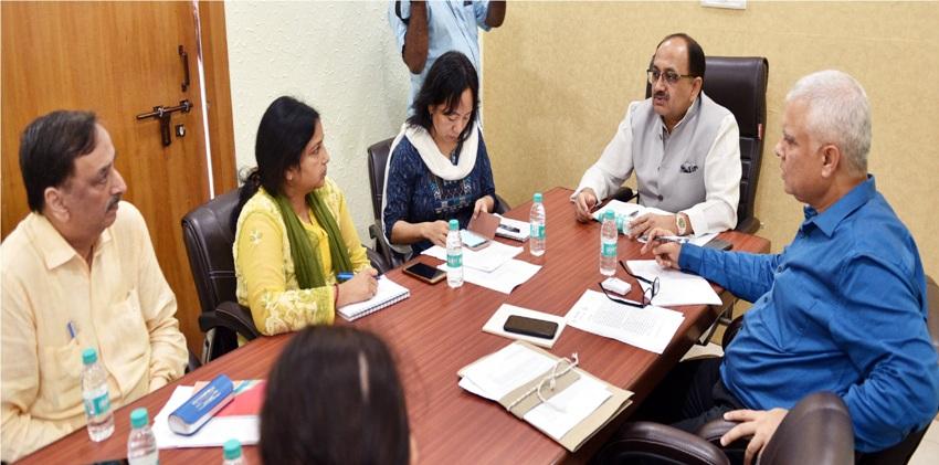 चिकित्सा एवं स्वास्थ्य मंत्री सिद्धार्थ नाथ सिंह जनपथ स्थित विकास भवन में आयोजित समीक्षा बैठक में अधिकारियों को  निर्देशित करते हुए