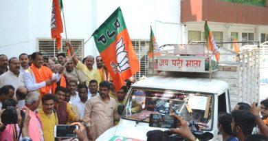UP_Dy_CM ने राहत सामग्री से भरे हुए वाहनों को झण्डा दिखाकर रवाना किया