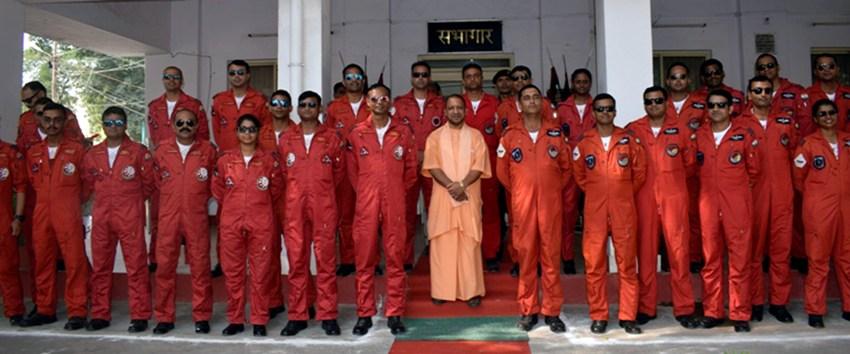 UPCM वायु सेना के जांबाज़ जवानों से भेंट करते हुए