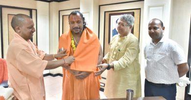 UPCM ने अयोध्या के महंत स्वामी परमहंस दास का अनशन जूस पिलाकर समाप्त करवाया