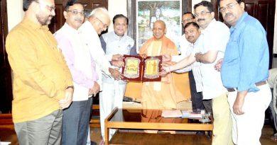 UPCM को गोरखपुर मेंमहायोगी गुरु श्रीगोरक्षनाथ शोधपीठ का लोगो भेंट करते हुए