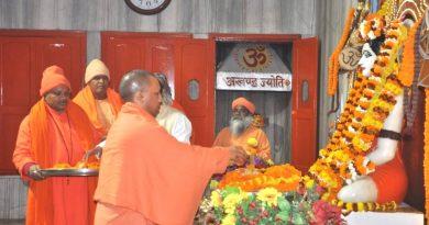 UPCMजनपद गोरखपुर स्थित गोरखनाथ मंदिर में पूजा-अर्चना करते हुए