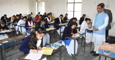 UP_Dy_CM डॉ. दिनेश शर्मा गाजियाबाद के सुशीला इंटर कॉलेज में औचक निरीक्षण करते हुए