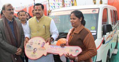 UPCM मंत्रिमंडल के ग्राम्य विकास मंत्री ने सरस महोत्सव में महिलाओं को आजीविका एक्सप्रेस की चाबी सौंपी