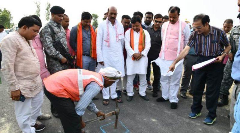 UP_Dy_CM केशव प्रसाद मौर्य ने सांसद के साथ देखी सड़क की गुणवत्ता