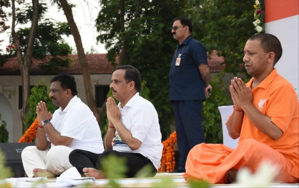 मुख्यमंत्री योगी आदित्यनाथ, राज्यपाल राम नाईक और उप मुख्यमंत्री डॉ. दिनेश शर्मा सामूहिक योगाभ्यास करते हुए