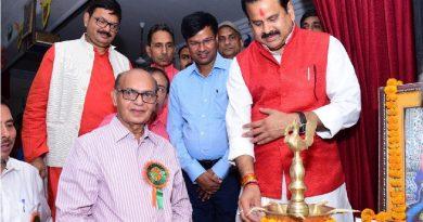 मंत्री राजेन्द्र प्रताप सिंह और डॉ. महेन्द्र सिंह ने दीप प्रज्वलित कर कार्यक्रम का शुभारंभ किया