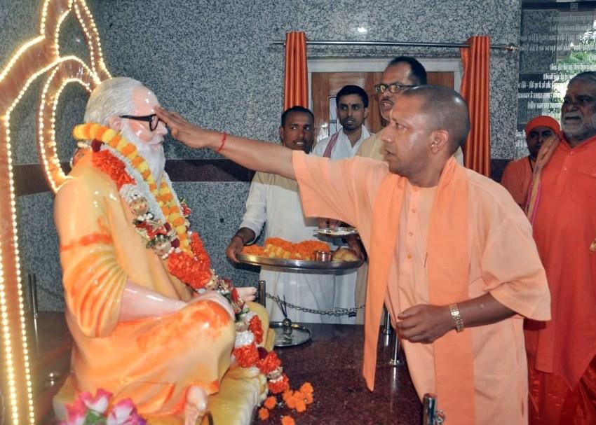 UPCM गोरखपुर में गोरखनाथ मंदिर परिसर में दर्शन कर पूजा अर्चना करते हुये