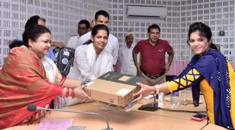 मंत्री अनुपमा जायसवाल ने लेखपालों को लैपटॉप का वितरण किया