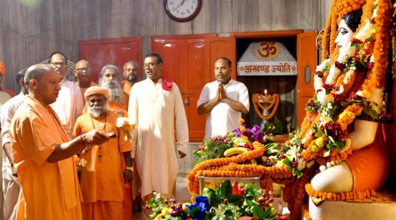 UPCM योगी आदित्यनाथ ने 16 जुलाई, 2019 को गोरखपुर में गुरु पूर्णिमा पर्व पर आयोजित कार्यक्रम को सम्बोधित किया