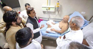 पूर्व मुख्यमंत्री ने PGI में भर्ती अयोध्या के प्रसिद्ध मंदिर हनुमानगढ़ी के महंत श्री ज्ञानदास से मुलाकात की