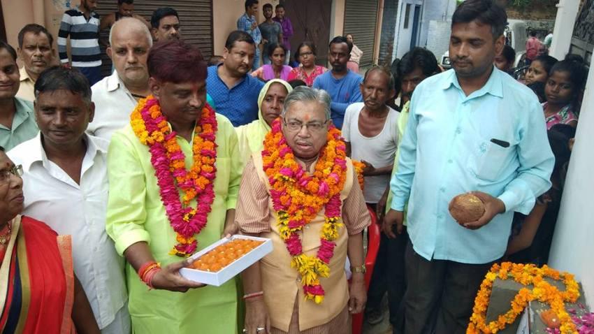 विधायक सुरेश कुमार श्रीवास्तव को पूर्व पार्षद नागेन्द्र सिंह बधाई देते हुए