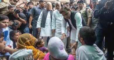 पूर्व मुख्यमंत्री ने #KGMU पहुंचकर घायल रेप पीड़िता के परिवारीजनों से मुलाकात की