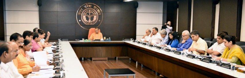 UPCM 'मुख्यमंत्री कन्या सुमंगला योजना' के सम्बन्ध में अधिकारियों के साथ बैठक करते हुए