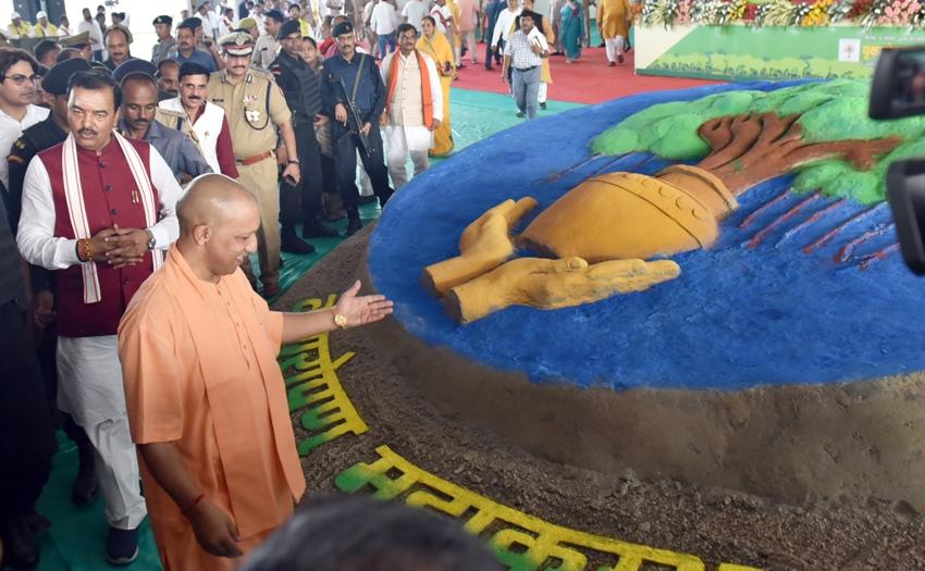 UPCM योगी प्रयागराज में प्रदर्शनी को देखते हुए