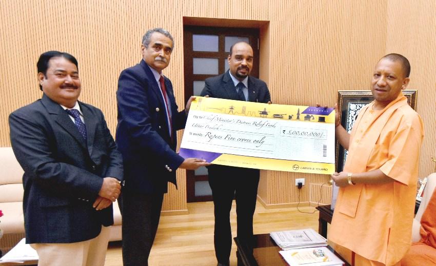 UPCM को लारसेन एण्ड टूब्रो लि. 'मुख्यमंत्री राहत कोष' हेतु 05 करोड़ रुपये का चेक सौंपाते हुए