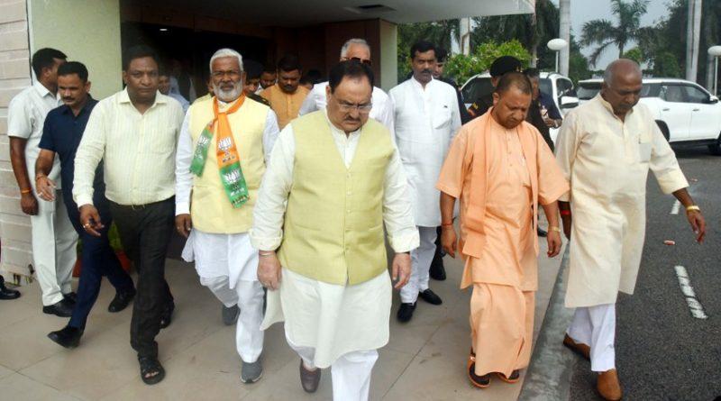 UPCM योगी ने लखनऊ एयरपोर्ट पर #BJP के राष्ट्रीय कार्यकारी अध्यक्ष जे.पी. नड्डा का स्वागत किया