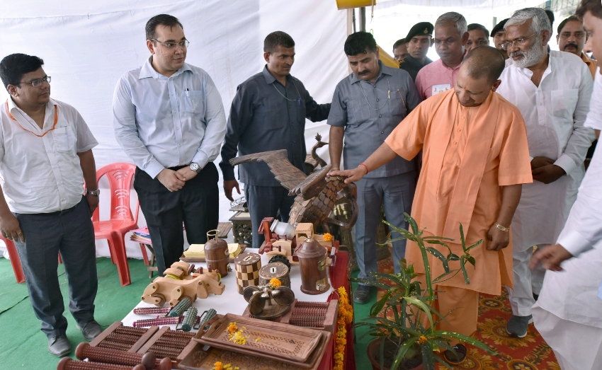 UPCM योगी प्रदर्शनी का अवलोकन करते हुए