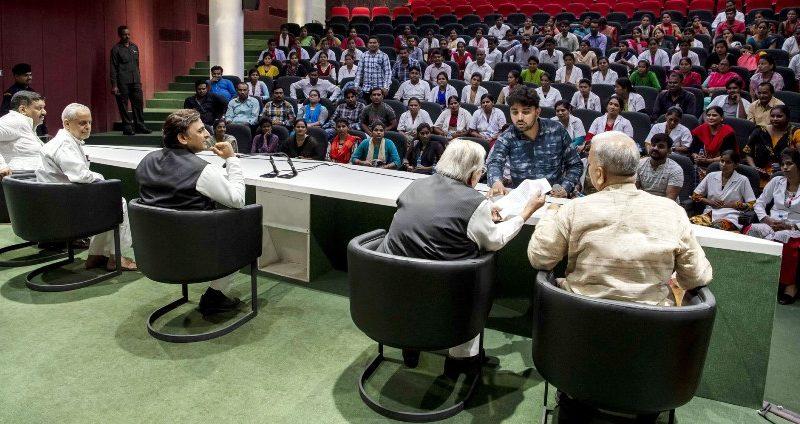 पूर्व मुख्यमंत्री अखिलेश यादव से संविदा पर कार्यरत नर्सिंग स्टाफ ने भेंट की