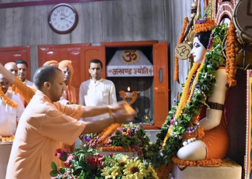 UPCM योगी गोरखपुर में गोरक्षनाथ मंदिर में पूजा-अर्चना करते हुए