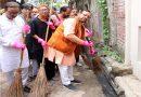 मंत्री सुरेश कुमार खन्ना ने लखनऊ वासियों को झाड़ू लगाकर स्वच्छता का संदेश दिया