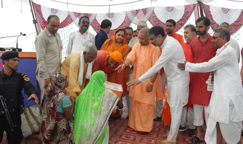 UPCM योगी ने बलिया में बाढ़ पीड़ितों को राहत सामग्री का वितरण किया