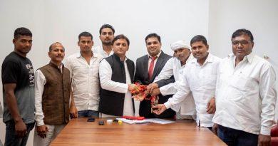 पूर्व मुख्यमंत्री से गाजीपुर के कुश्ती कोच और जिला कुश्ती संघ के अध्यक्ष ने भेंट की