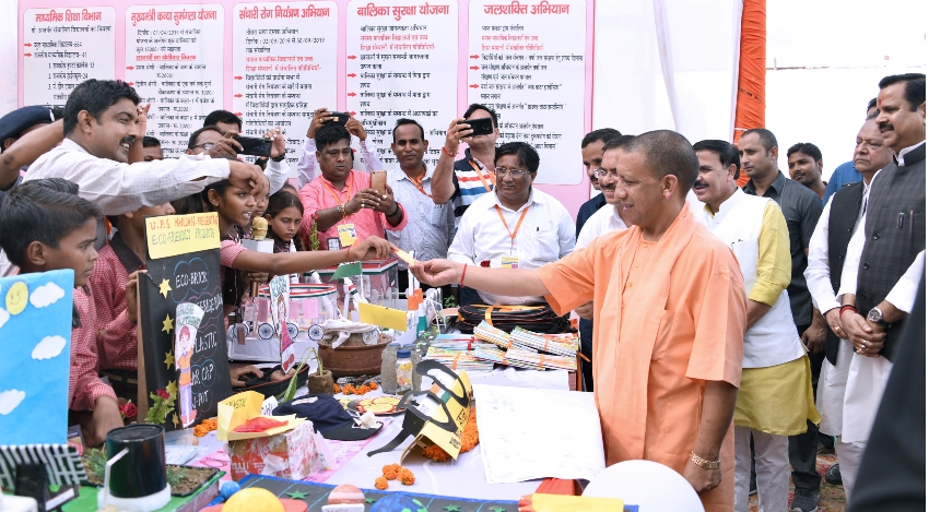 UPCM प्रतापगढ़ में प्रदर्शनी का अवलोकन करते हुए