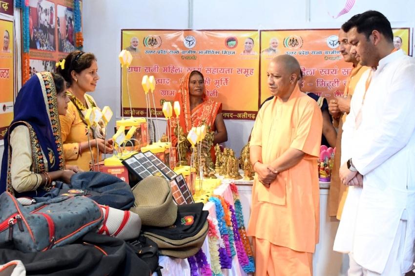 UPCM अलीगढ़ में प्रदर्शनी का अवलोकन करते हुए