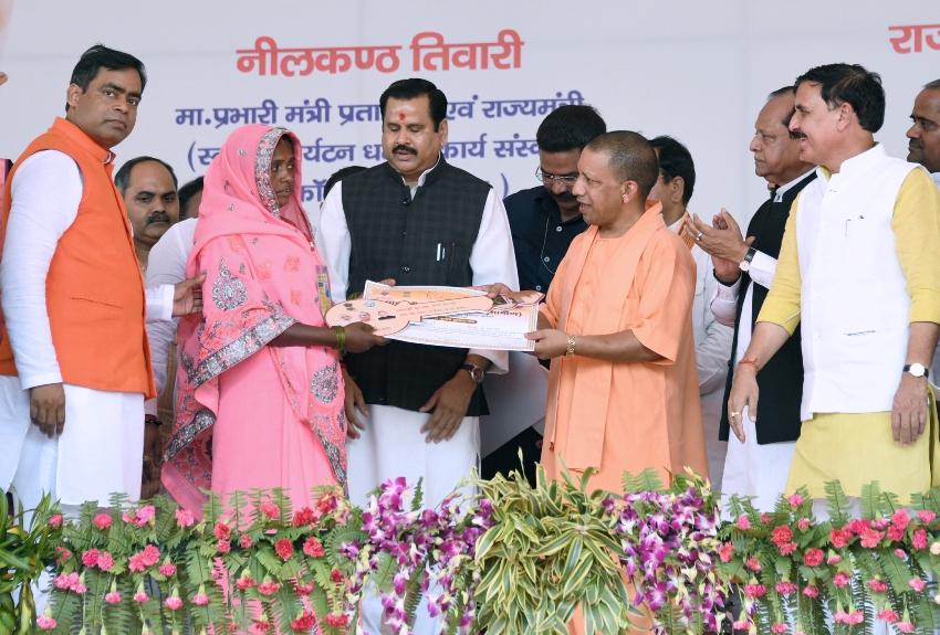 UPCM प्रतापगढ़ में लाभार्थियों को प्रमाण पत्र प्रदान करते हुए