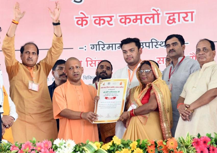 UPCM अलीगढ़ में लाभार्थियों को प्रमाण पत्र वितरित करते हुए
