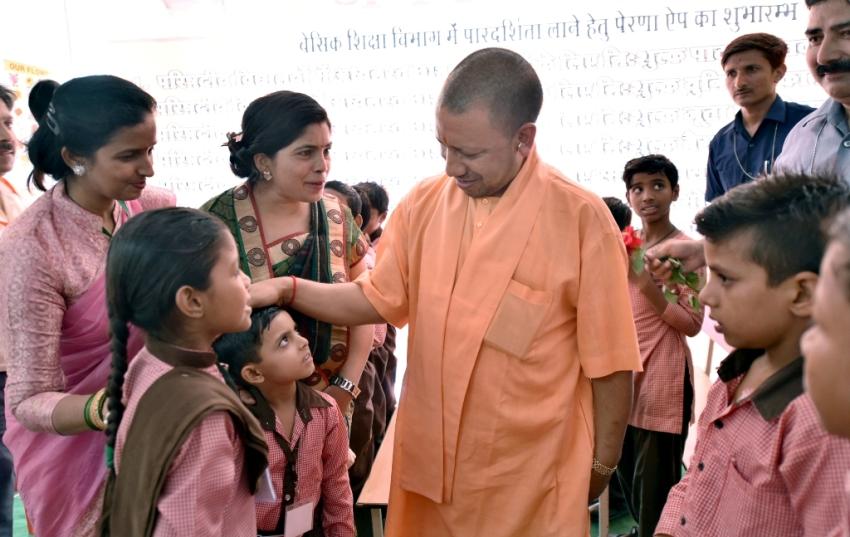 UPCM योगी सहारनपुर में कार्यक्रम के दौरान लाभार्थियों को प्रमाण पत्र प्रदान करते हुए