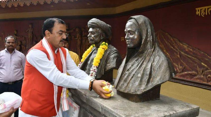 उप मुख्यमंत्री ने पुणे में सावित्रीबाई फुले और ज्योतिबाराव फुले की प्रतिमा पर पुष्प अर्पित किये