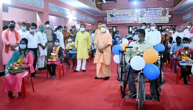 मुख्यमंत्री ने प्रधानमंत्री के जन्म दिवस पर 110 दिव्यांगों को उपकरण वितरित  किये