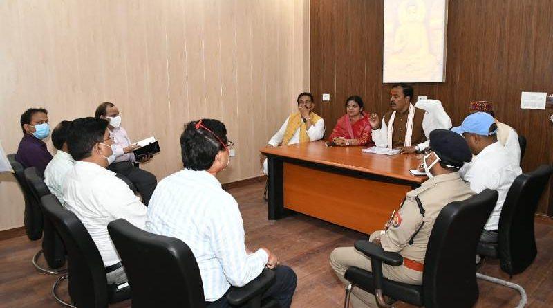 उप मुख्यमंत्री ने कौशाम्बी के प्रशासनिक एवं विभागीय अधिकारियों के साथ की बैठक